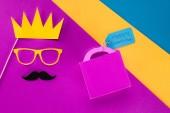 horní pohled na krále tvář s krabičky s Happy fathers den značky na barevné ploše
