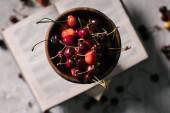 Fotografia vista superiore di ciliegie mature fresche in ciotola, fuoco selettivo