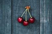 felülnézet, ízletes, egészséges, piros cseresznye rusztikus fa felületre