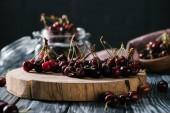 friss, érett édes cseresznye fa vágódeszka a kiadványról