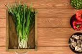 Fotografie Draufsicht der Lauch in Box und verschiedene Gemüse auf hölzernen Tischplatte