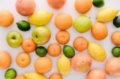 Fotografie pohled shora z různých zralé plody na bílý povrch