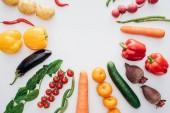 pohled shora z různých čerstvé zralé zeleniny izolovaných na bílém pozadí