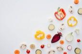 Draufsicht der Scheiben von frischem gesunden Gemüse isoliert auf weißem Hintergrund