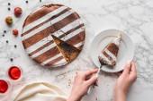 vágott lövés személy üzembe darab ízletes házi készítésű süteményeket, a lemez