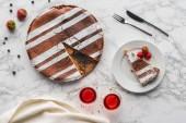 pohled shora chutné domácí dort s jahodami a borůvkami na mramor povrch