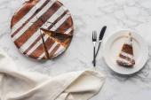 felülnézete ízletes házi készítésű süteményeket, jegesedés, és egy darab lemez, Villa és kés, márvány felületre