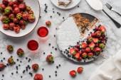 pohled shora na lahodný domácí dort s čerstvým ovocem na mramor povrch