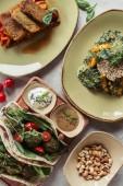 složení potravin se uspořádány vegetariánských jídel podávané na šedém povrchu