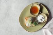 plochý ležela s samosas filo těsta plněný špenátem a paneer zdobené klíčící semena vojtěšky a slunečnice, podávané na talíř na šedém povrchu