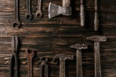 Fotografia flat lay with assortment of vintage rusty carpentry tools on wooden surface