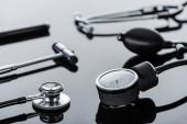 Selektivní fokus tonometr, reflexní kladivo a stetoskop na povrchu skla