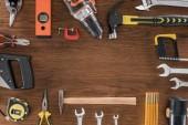 pohled shora uspořádány různé nástroje na dřevěný stůl