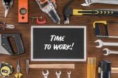 Fotografie Draufsicht der Tafel mit Beschriftung Zeit, in der Nähe arbeiten organisiert verschiedene Werkzeuge auf Holztisch