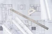Architekt-Baupläne von oben mit Lineal und Winkelmesser