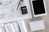 Draufsicht der Architekt Arbeitsplatz mit Blaupause, Teiler und digital-Tablette mit leerer Bildschirm