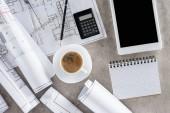 felülnézet építész munkahely csésze kávé, tervrajz, számológép és digitális tabletta-val üres képernyő