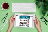 Oříznout obrázek ženské architekta drží digitální tabletu s amazon na obrazovce u stolu s rozdělovačem, brýle a v květináči
