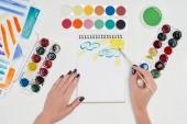 částečný pohled malířka kresba štětcem v učebnici stolu bílá s barevnými laky