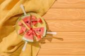 plochý ležela s melouny na zmrzlinu se drží na desce na dřevěnou desku s prádlem