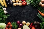 flache Lage mit Nahrungszusammensetzung der Herbsternte auf schwarzer Marmoroberfläche