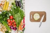 pohled shora uspořádány zralé zeleniny a prkénko s nožem a nakrájíme zelí, izolované na bílém