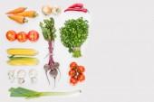 Fotografie plochý ležela s čerstvou zeleninou, uspořádány izolované na bílém