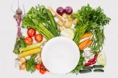 pohled shora na složení potravin s podzimní sklizeň s prázdnou deskou uprostřed izolované na bílém
