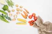 pohled shora z čerstvé syrové zeleniny a pytloviny uspořádány izolované na Svatodušní