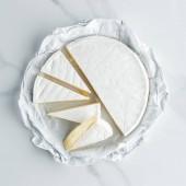 Fotografie pohled shora sýru camembert na bílé mramorové stolní