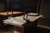 zblízka pohled tesaři pracoviště s dřevěnými prkny na workshop