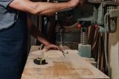 částečný pohled architekt používající elektrický vrták na dřevo v dílně