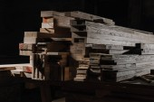 zblízka pohled uspořádány Dřevěná prkna na dřevěné workshop