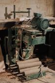 Fotografie zblízka pohled truhláře pracoviště s vybavením a dřeva v dílně