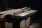 Fotografie zblízka pohled na kotoučové pily a materiálů na dřevěná dílna