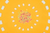 Fotografia vista superiore dei cerchi delle caramelle della gelatina e marshmallows isolato sullarancio