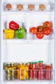 Fényképek érett és a tartósított zöldségek a hűtőszekrény
