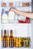 Fényképek levágott kép ember vesz üveg tejet hűtőszekrény