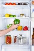 Fényképek levágott kép ember vesz a paprika, a hűtőszekrény