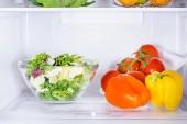 Fotografie mísa salátu a zralé papriky v lednici