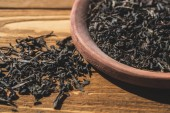 Photo dried black tea on wooden table in kitchen