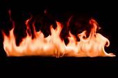pohled na hořící oheň na černém pozadí na plochu