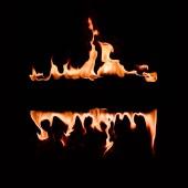 Nahaufnahme brennender Flammenlinien auf schwarzem Hintergrund