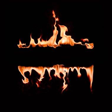 alev satırları siyah arka plan üzerine yanan görünümü kadar kapatın