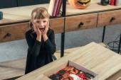 magas szög kilátás döbbenve gyerek nézte kamera asztali doboz otthon halloween cookie-k