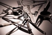 Fotografia vista ravvicinata di vari utensili in acciaio inox lucido su grey