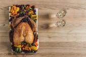 pohled shora pečená krůta, zeleniny a sklenic vína na tradiční večeři díkůvzdání na dřevěnou desku