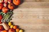 Fényképek felülnézet rendezett friss őszi zöldségek és gyümölcsök a fa felülettel