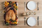 plochý ležel s pečená krůta, zeleninou a sklenic vína na den díkůvzdání svátek večeře na stole