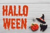 Fotografie pohled chutné domácí halloween cukroví na dřevěné pozadí s nápisem halloween